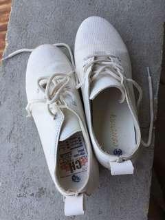 White sneaker wedge. 36-37