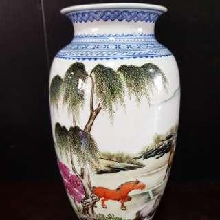 """8 """" 花瓶 - 八马图。Fine Old porcelain vase with painting of 8 horses."""