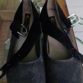 Sepatu wedges warna abu hitam