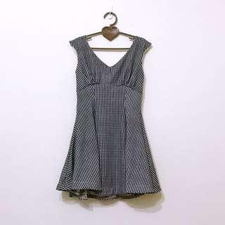 🚚 Snidel類似款抓皺細格紋黑白修身V領傘狀大裙擺洋裝連身裙