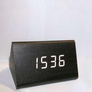 黑色木紋三角時鐘(實拍)