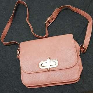 🚚 粉色側背小包
