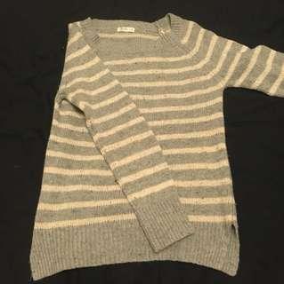 條紋灰色長袖毛衣