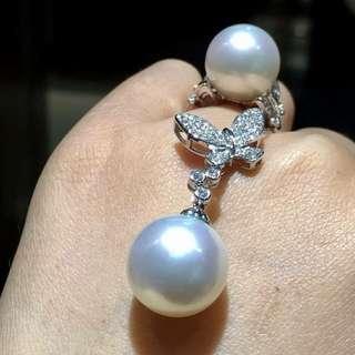 珠寶是一種特殊的資產 兼具使用、升值、易保存的功能,還可以傳世。 人生只一世、奢侈一點又何妨~ 澳洲白珠18k鑽石蝴蝶套裝 高品質 吊墜15到16M,戒指13到14M 歡迎諮詢訂購😊