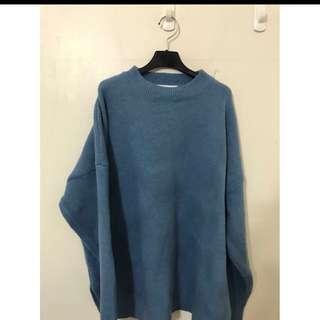 精品店原價2880 湖水藍寬鬆版型針織毛衣 材質超級好的喔 大推薦簡約風當道喔😄