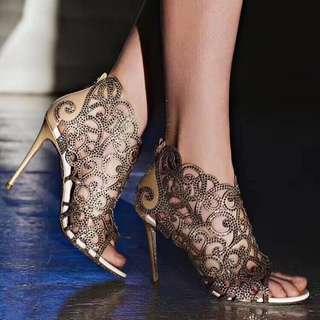 ———— 皇 尚 ———— 🎥Rene Caovilla芮妮·乔薇拉 2018SS镂空烫钻高跟凉鞋,RC春夏最美的凉靴,后拉链设计➿颜色搭配设计很鲜明和协调,让人惊艳,过目不忘。镂空鞋面加上水钻装饰,宛如美人鱼,闪闪惹人爱,绝对的代购级别✨鞋子做工必须超级精细,原版开发,线条性感👏高端尖货💃名媛网红纷纷抢购,适合各种场各穿着,现货火热抢购中~ 🍳面料:真丝拼接施华洛世奇水晶钻 🍳内里/垫脚:意大利进口羊皮 🍳大底:原版开模Blingbling进口真皮大底 🍳颜色:黑色、裸色 🍳码数