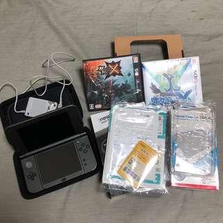 NEW 3DS LL(黑色+充電器+主機保護殼+藍色硬收納包+神奇寶貝X+魔物獵人X+已貼上保護貼)