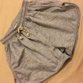 全新⭐️灰色旁邊開衩性感短褲