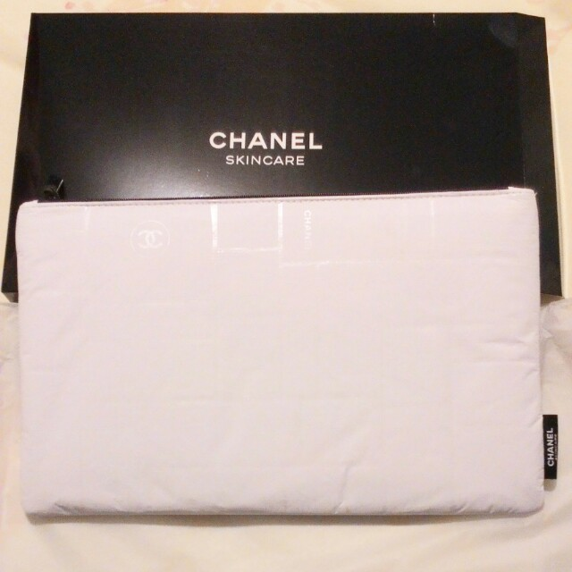 LESS EXTRA 30% - LAST DAY RM85 - 30% = RM59.50  CHANEL RARE CLUTCH/POUCH (XLARGE)  COMES WITH ORIGINAL BOX  ZIPPERED TOP, HOLOGRAPHIC CHANEL LOGO PRINT ON THE WHOLE POUCH, CHANEL LOGO ZIPPER, CHANEL LOGO AT SIDE