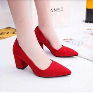 紅色絨面尖頭粗跟高跟鞋