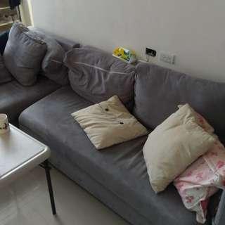 L型灰色布料沙發,附抱枕
