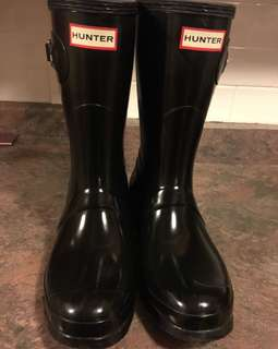 Hunter short boots. Size 9. Great condition and clean!!! I'll even throw in the Hunter socks!