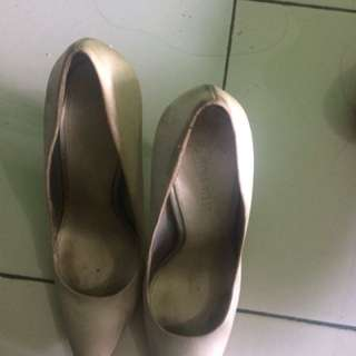Ada defect seperti di gambar, sepatu agak kotor karna jarang di pakai Tp masih bisa di Bersihin. Gak ada dus bya
