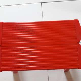 Kursi merah bahan besi