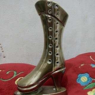 Pajangan sepatu kuningan