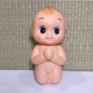 日本帶回 全新庫存 CARROT キユーピー Q比 娃娃 跪姿 祈禱 人形 錢箱 / 錢罌 / 儲錢箱