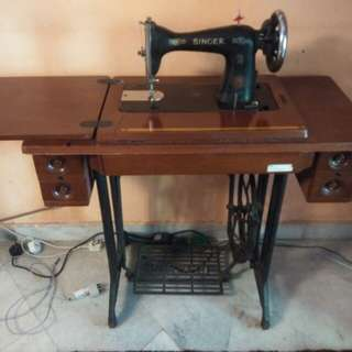 Singer Sewing Machine in very good condition.