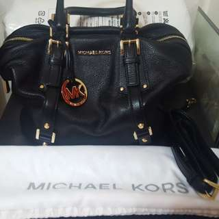 MK BLACK PURSE WITH CROSSBODY STRAP