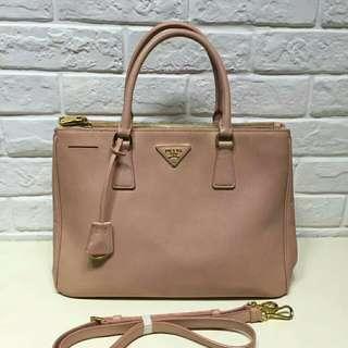 正品 9新 普拉达 Prada 十字纹裸粉色 中号杀手包. 整体成色还可以. 配件:肩带. 专柜价:17000