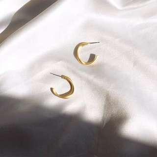 《早衣服》3月女王節👑歐美百搭復古金屬不規則扭曲啞光c型設計款耳針耳環(預)