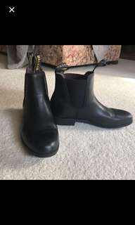 Gorgeous black Chelsea boots