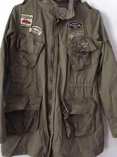 綠色徽章風衣型外套