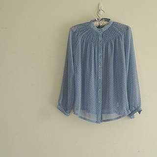 超美日本製顯白領水晶釦水玉點點雪紡上衣/罩衫。嬰兒藍