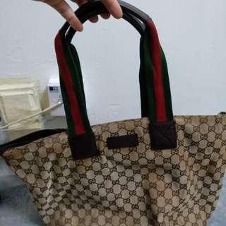 Gucci 手袋真品有爛有染色。
