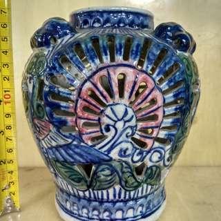Pas bunga keramik bolong-bolong
