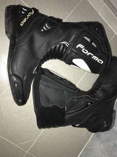 Riding boots forma racing boots
