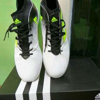 Sepatu futsal addidas
