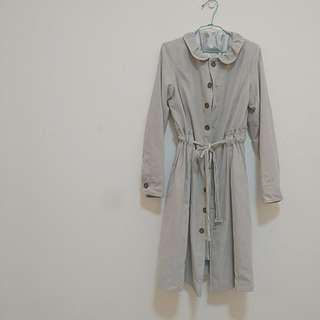 巴黎女伶多穿法荷葉領排扣收腰抽繩蜜桃絨長版風衣洋裝