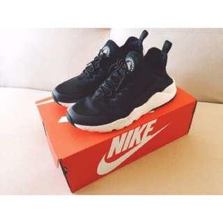 英國ASOS購入正品:NIKE HUARACHE 黑色白底字母武士鞋