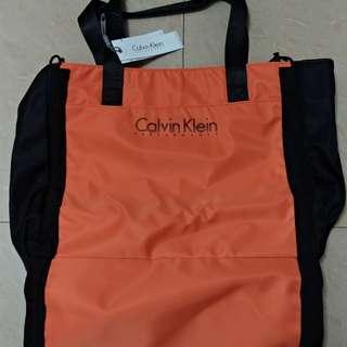 全新Calvin Klein側揹袋
