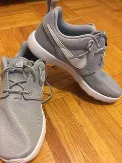 Nike Roshe size 2Y