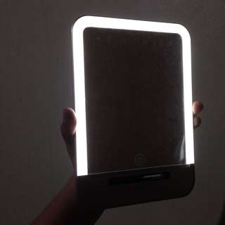 Portable Led Light Mirror (3 Light Brightness) Touch screen - Rechargeable