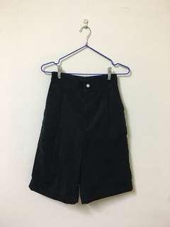 GU黑色絨布九分短褲