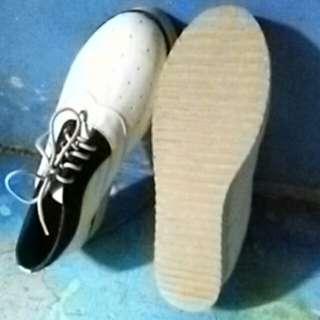 Sepatu untuk jalan-jalan