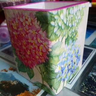 。蝶古巴特繡球花四方筆筒。