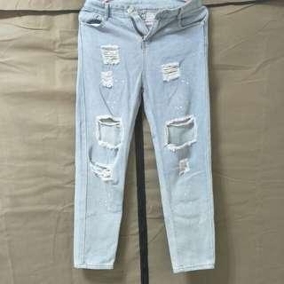 破洞淺藍牛仔褲
