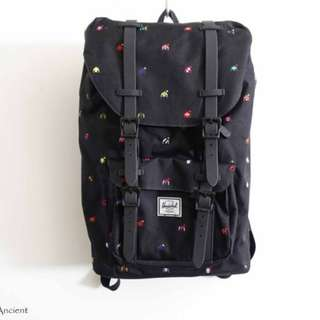 加拿大潮流品牌 Herschel 黑色印花後背包