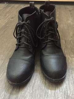 黑色綁帶拉鍊短靴
