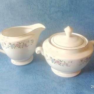 那些年西式餐具,奶壺和糖壺,各一個。