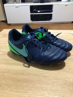 NIKE TIEMPO FOOTY BOOTS size 5Y (lady's 5)