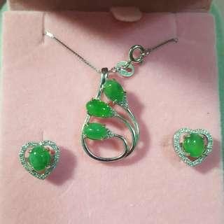 天然翡翠耳環、戒指、吊咀連頸鏈套裝,925純銀裝嵌,附有證書, $1800。