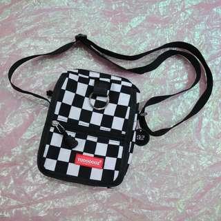 棋盤格圓環造型中性側背包