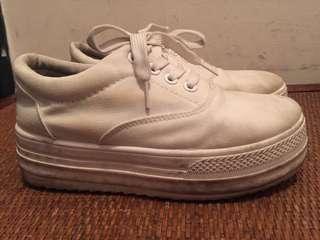 36白色厚底休閒鞋