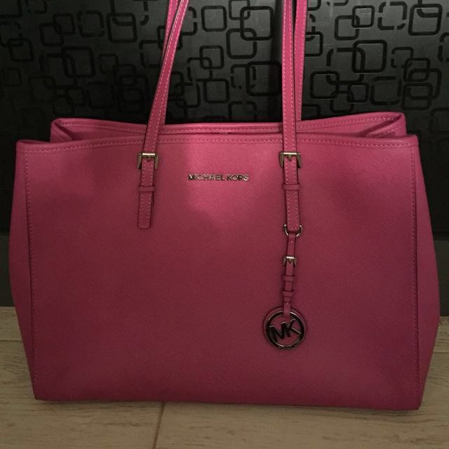 235a681b3a34 Michael Kors Jet Set Travel Medium East West Tote Bag in Fuchsia, Luxury,  Bags & Wallets on Carousell