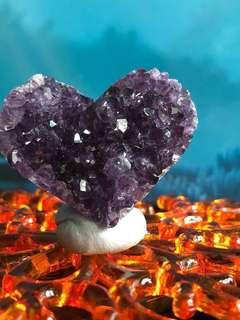 (B)💜型紫水晶擺件連底座, 白燈光下極紫🤩🤩🤩