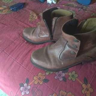 Sepatu boots kulit cokelat
